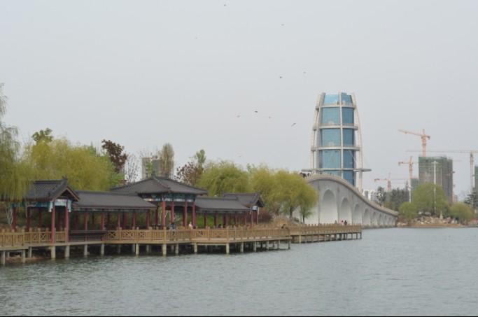 美丽的西双湖观光桥水晶塔水上
